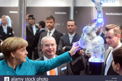 hannover-germania-24-apr-2017-il-cancelliere-tedesco-angela-merkel-l-il-primo-ministro-polacco-beata-szydlo-r-guarda-un-bionic-cobot-leggero-robot-presso-lo-stand-di-festo-durante-il-round-di-apertura-tour-presso-la